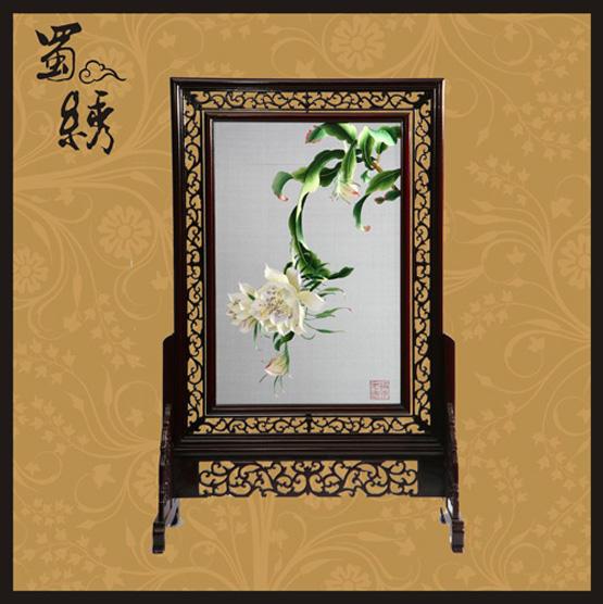 纯手工刺绣 【产品材质】:真丝 蚕丝线 木质(手工雕花框架) 玻璃